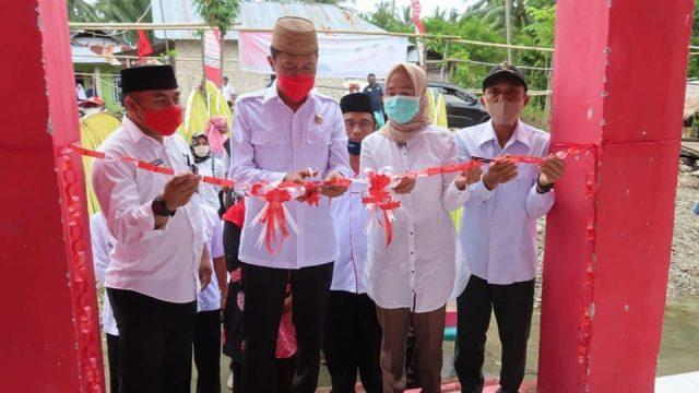 Bupati saat meresmikan pasar tradisional di Desa Sakti dan Desa Meyambanga Kecamatan Posigadan.