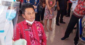 Sekda Bolmong Tahlis Galaang saat menjalani Swab Test