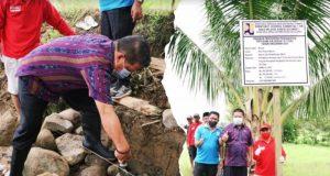 Wakil Wali Kota Nayodo Koerniawan saat melakukan peletakan batu pertama pembuatan saluran air irigasi yang kali ini dibuat di Desa Poyowa Besar I.