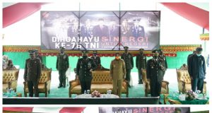 Wali Kota Kotamobagu Ir Hj Tatong Bara saat menghadiri upacara HUT TNI ke 75 di Makodim 1303 Bolmong
