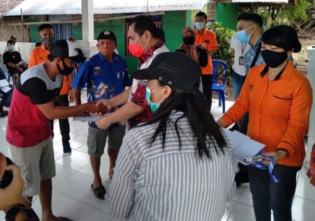 Pjs Bupati Bolaang Mogondow Timur (Boltim), Christiano E. Talumepa, menyerahkan Bantuan Sosial Tunai (BST) untuk 219 masyarakat nelayan dan pembudidaya ikan yang tersebar di Kabupaten Boltim.