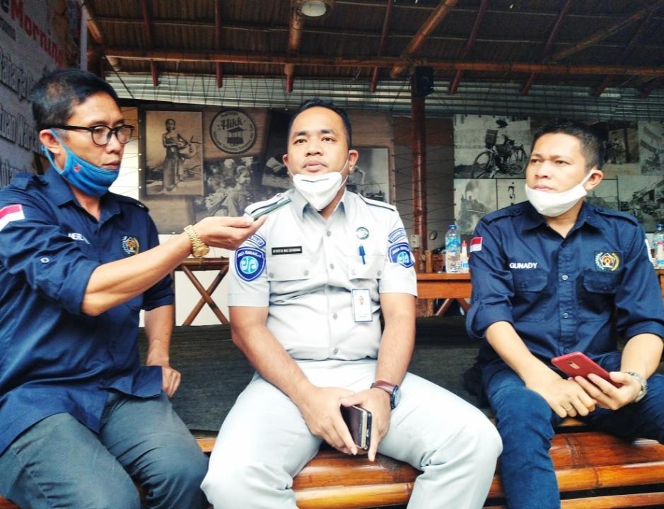 Kepala Perwakilan PT Jasa Raharja Kota Kotamobagu, Bandesa Mas Sutariana bersama pengurus PWI Kota Kotamobagu.