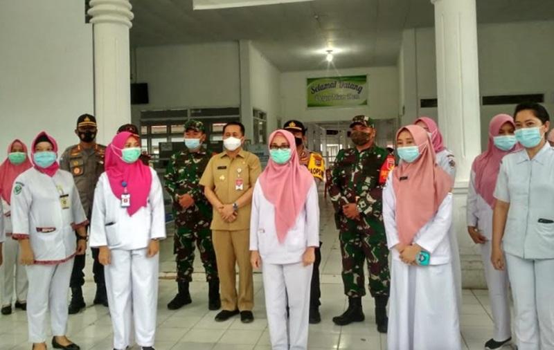 Foto bersama Pjs Gubernur Sulut bersama unsur Forkopimda dan Tenaga Kesehatan di RSUD Kotamobagu.