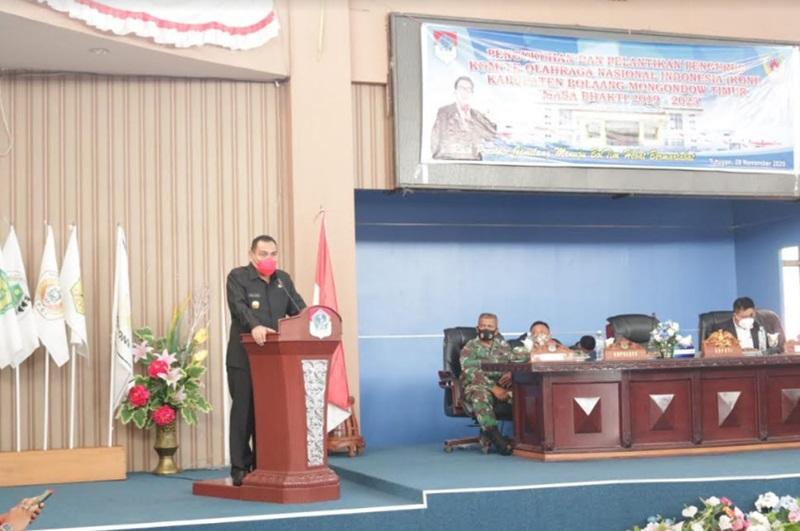 Pjs Bupati Boltim saat menyampaikan sambutannya saat menghadiri pelantikan pengurus KONI Boltim.