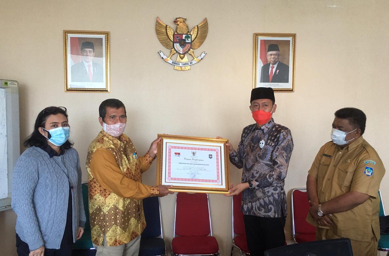 Bupati Bolsel Hi Iskandar Kamaru saat menerima penghargaan