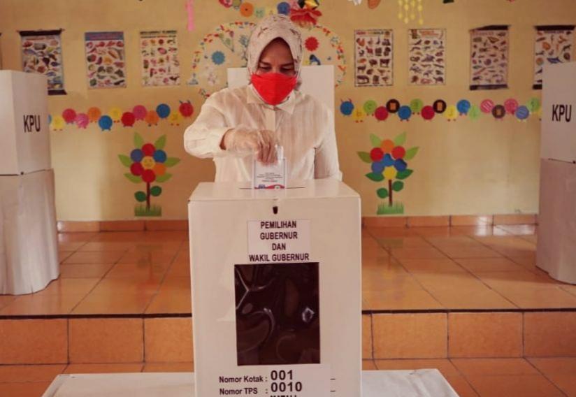Wali Kota Kotamobagu memberikan hak pilihnya pada Pilgub Sulut 2020 di TPS 10 Kelurahan Matali.