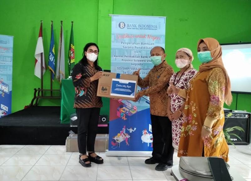 Manager Kehumasan Kantor Perwakilan BI Sulut Noula Sondakh, saat menyerahkan bantuan sarana pendidikan untuk UDK yang diterima Rektor UDK Dr. Ir. Agus Supandi Soegoto, SE. MSi.