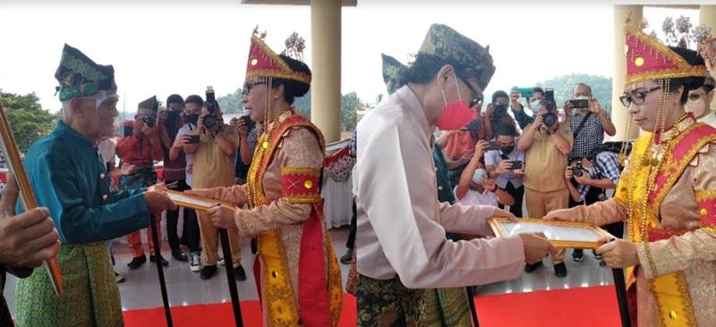 Dua Budayawan BMR Terima Penghargaan dari Bupati Bolmong