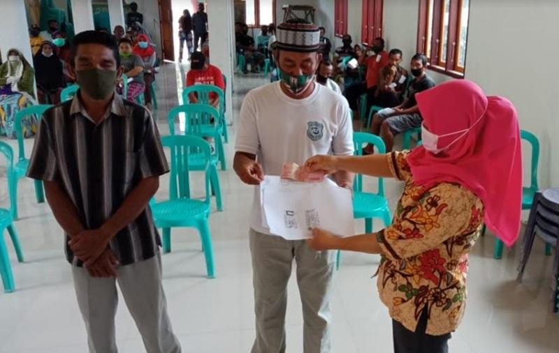 Pemdes Tomuagu Serahkan 123 BLT Lewat Dana Desa