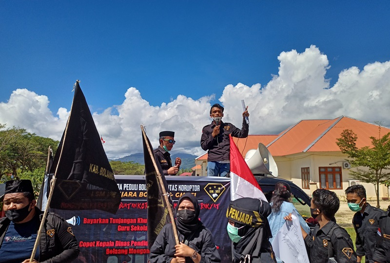 LSM Penjara Gelar Demo di Kantor Dikbud Bolmut