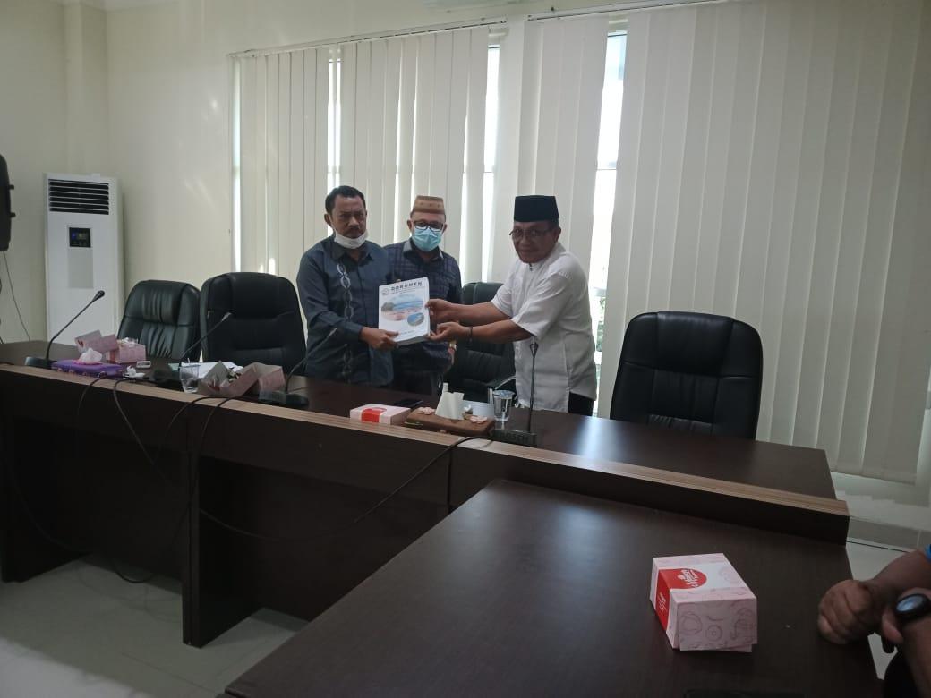 Ridwan Serahkan Dokumen Visibility Bone Pesisir ke DPRD