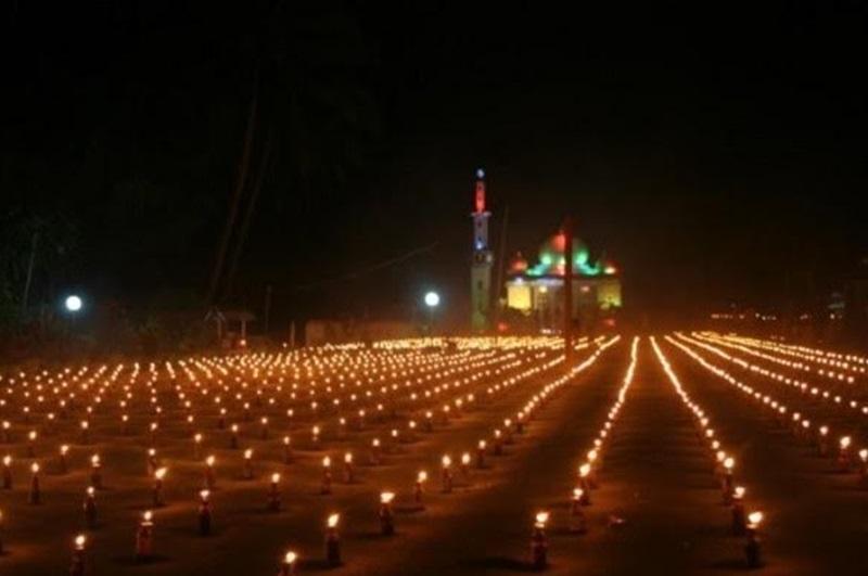 Tradisi Sambut Lebaran Idul Fitri, Warga Boltim Hiasi Lampu dan Janur Kuning di Depan Rumah