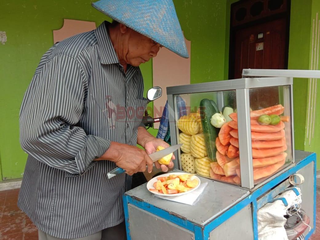 20 Tahun Bunaji Bersama Gerobak Rujak Buah, Keliling Kotamobagu