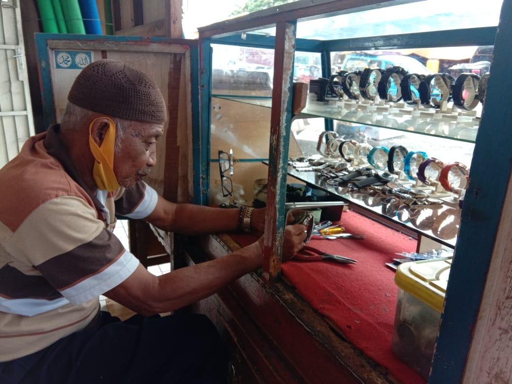 Puluhan Tahun Rifon Ishak Geluti Reparasi Arloji