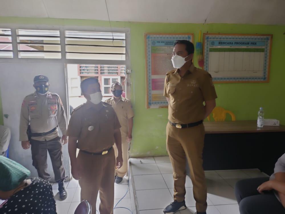 Sachrul Tinjau Penyuntikan Vaksin di Kantor Camat Modayag